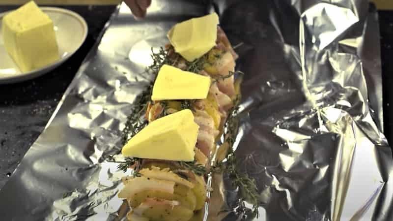 на фольге картофельные шампуры с маслом