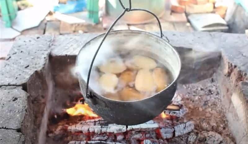 картошка варится на костре