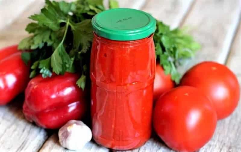 овощи рядом с банкой кетчупа