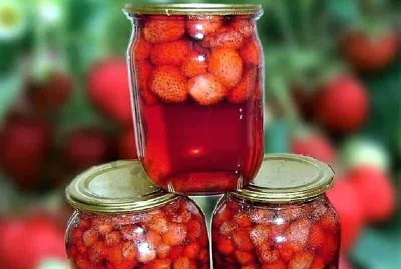 компот с ягодами земляники