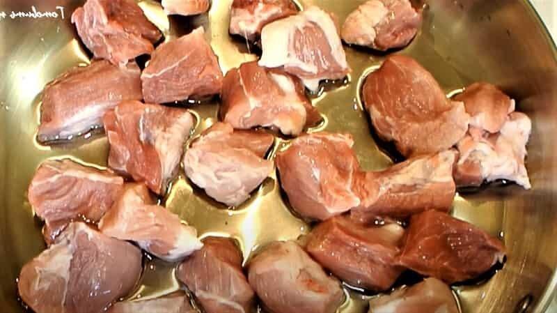 кусочки мяса на сковороде