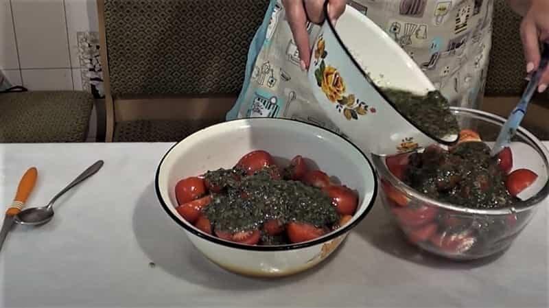 помидоры с маринадом в миске