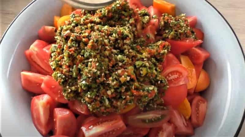 измельченый перец на помидорах