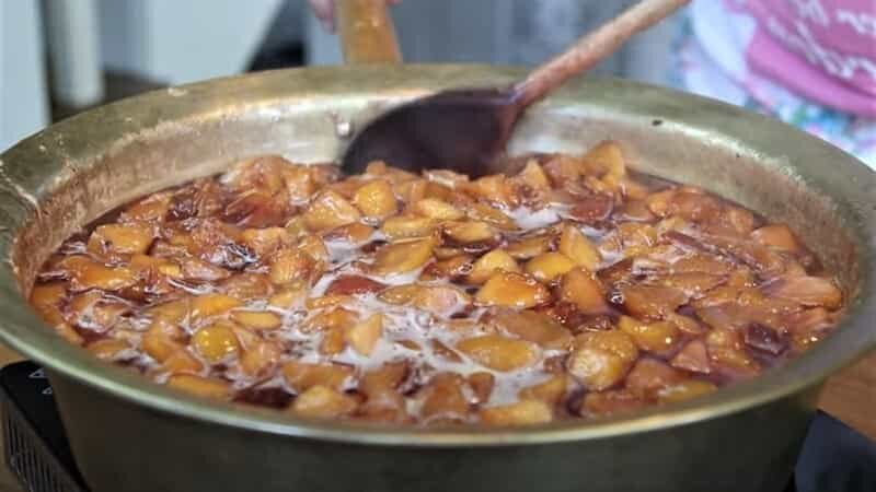 варенье из персиков в тазу