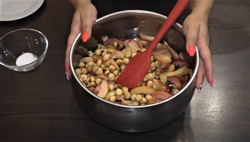 варенье из персиков в кастрюле