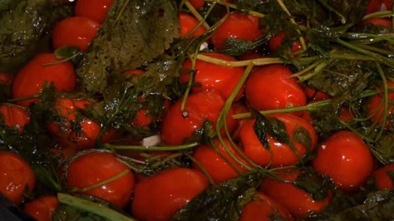 красные соленые помидоры