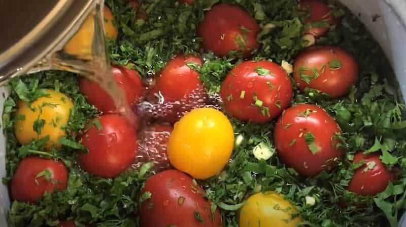 зелень в помидорах