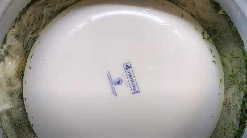 марля с тарелкой в кастрюле