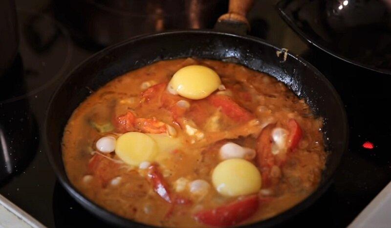 яйца с помидорами в сковороде