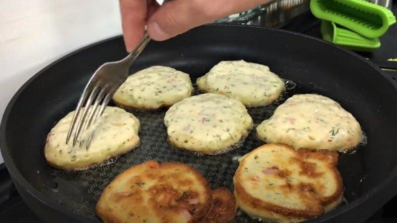 оладьи с колбасой и сыром на сковороде