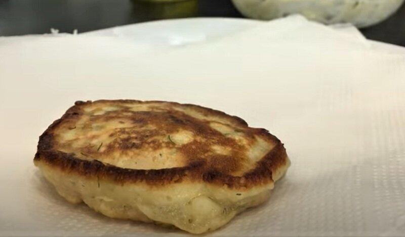 оладьи с колбасой и сыром на салфетке