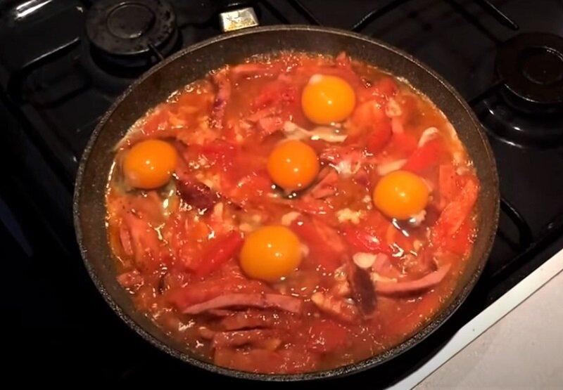 яйца в помидорах с колбасой