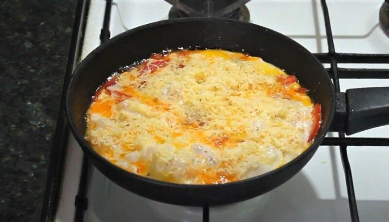 сыр на яичнице