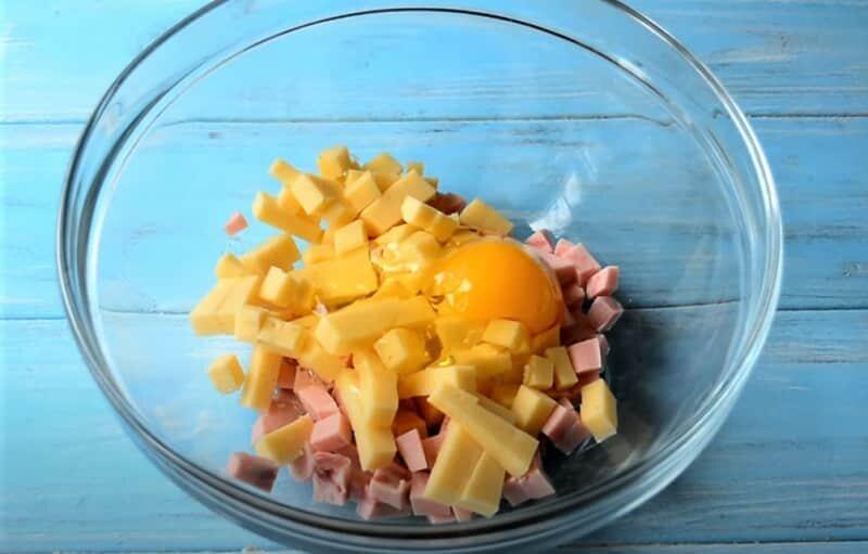 яйцо с колбасой и сыром
