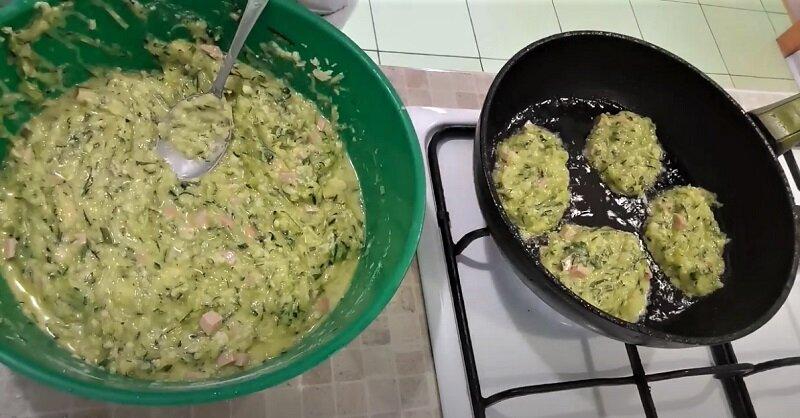 оладьи на сковороде