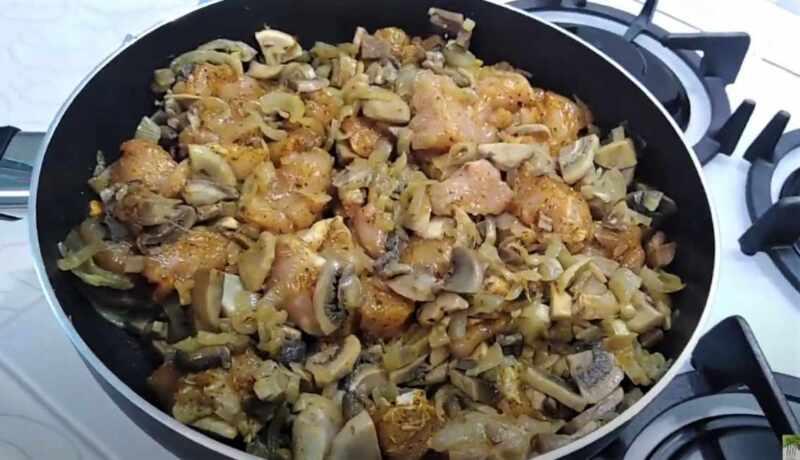 обжаренный лук и грибы
