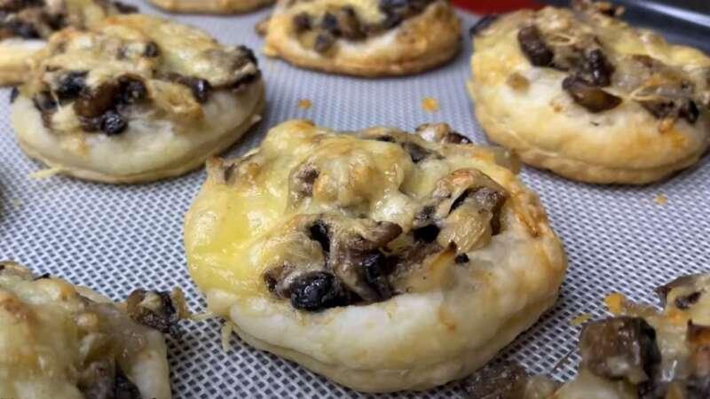 испеченное тесто с грибами и сыром