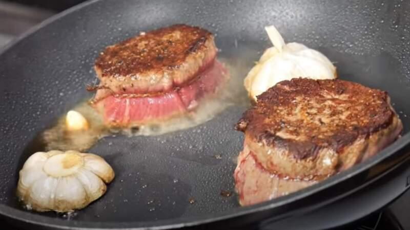 стейки из говядины с чесноком