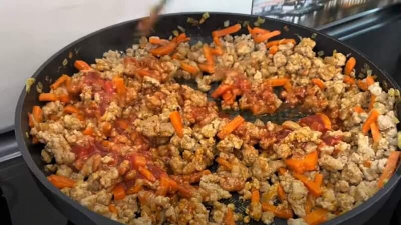 томатная паста с овощами и фаршем