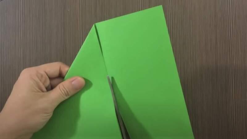 отрезать бумагу ножницами