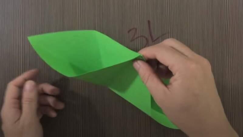 углы бумаги в руке