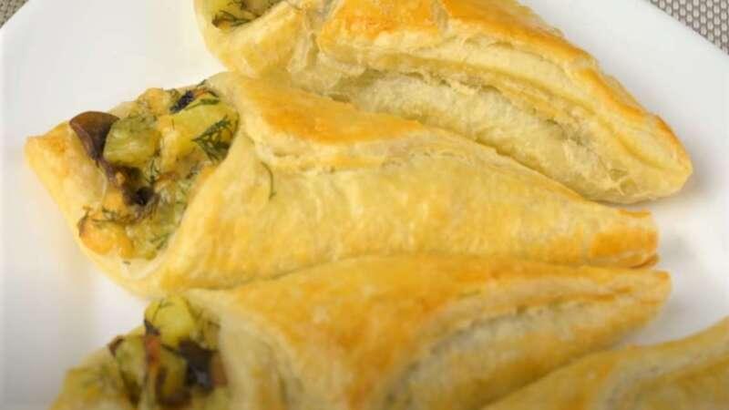 испеченное тесто с грибами