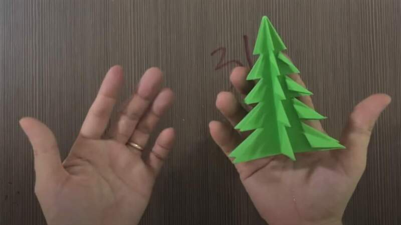 елка в руке