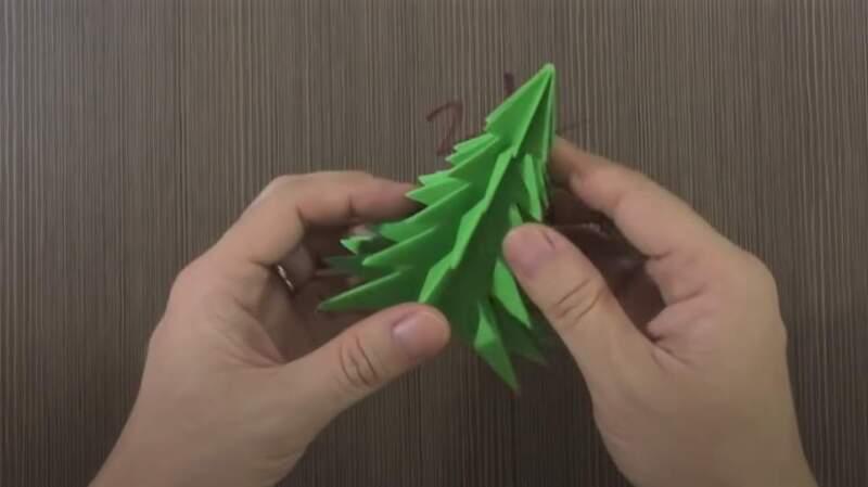 разворачивание фигуры елки из бумаги