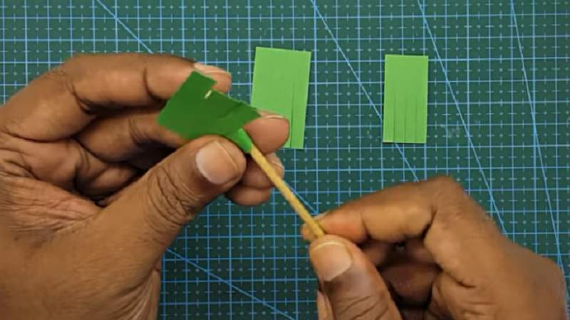 накручивание бумаги на палочку