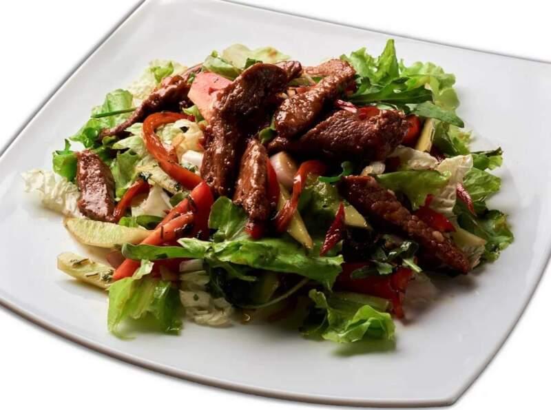 салат с мясом стейка