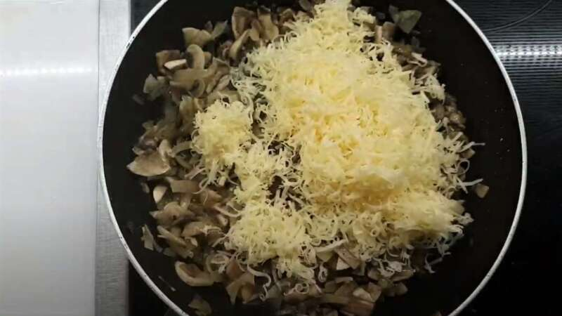 на сковороде грибы с луком и сыром