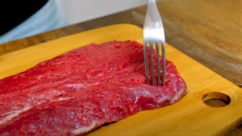 вилка на мясе
