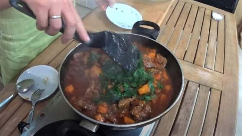 зелень в сковороде с мясом