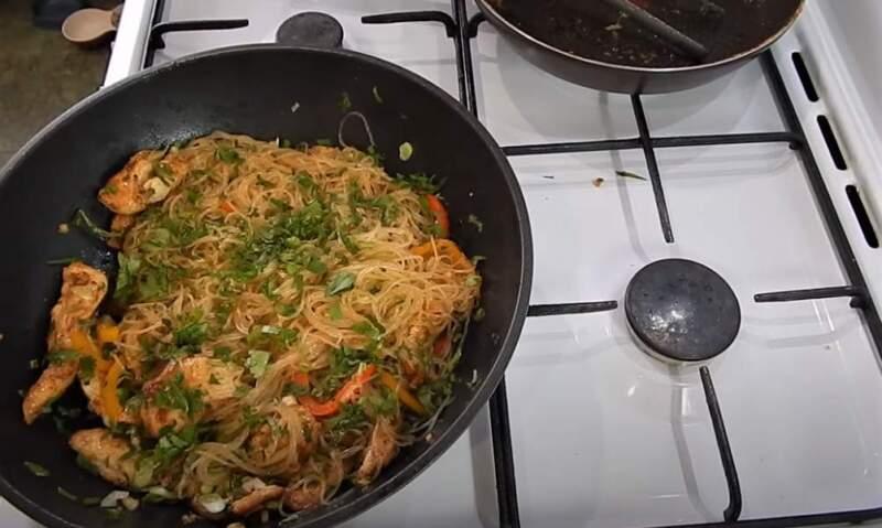 фунчоза на сковороде