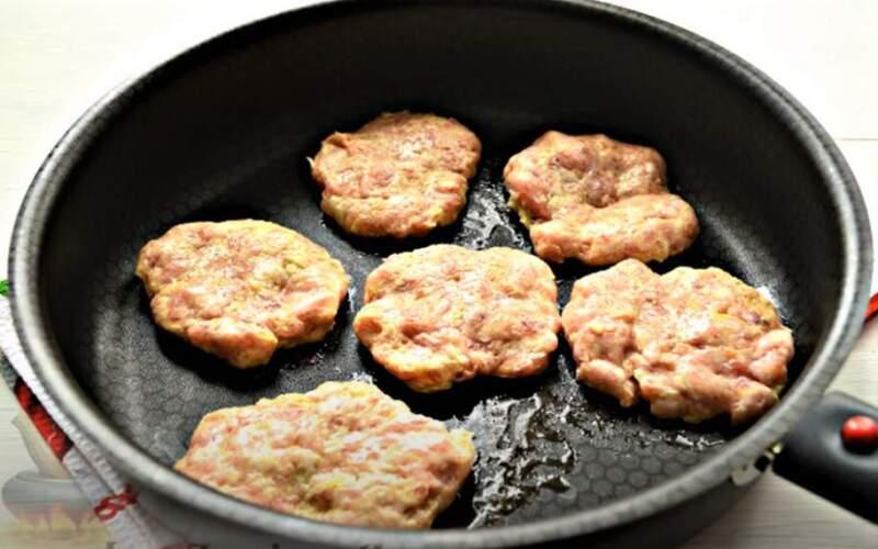 мясо в виде бифштекса на сковороде