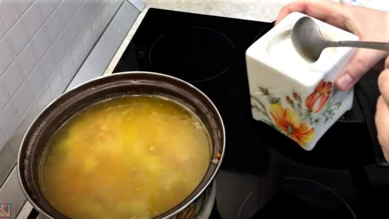в кастрюле суп