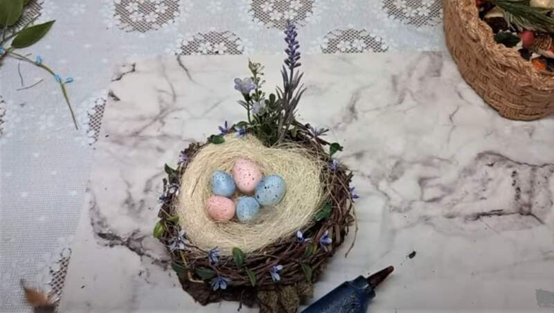 яйца в гнезде