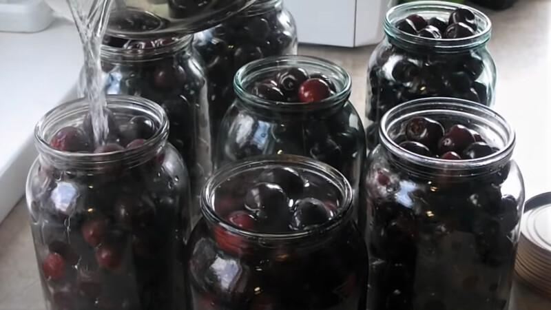 банки залиты кипятком с ягодами