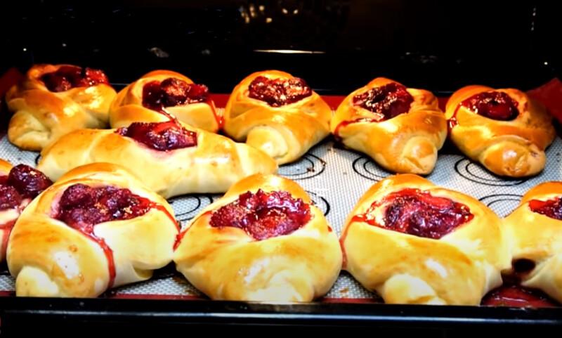 испеченные пирожки с клубникой
