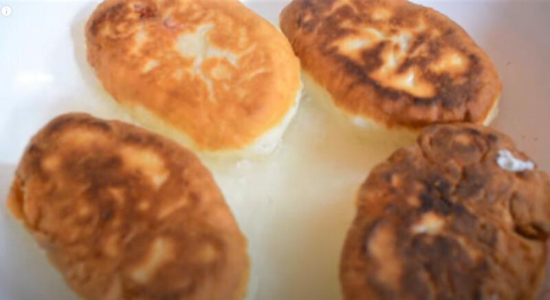 пирожки с клубникой на сковороде
