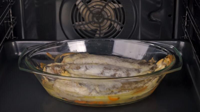 хек в духовке с луком и морковью