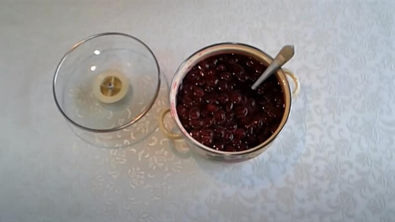 ложка в варенье вишни