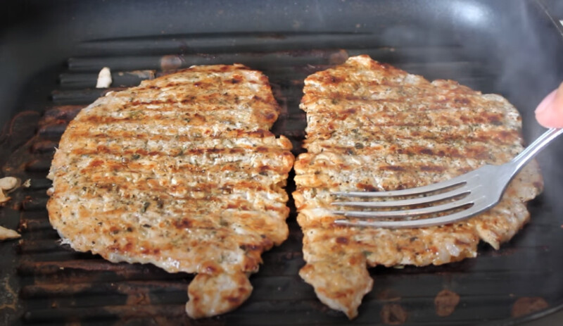 мясо обжаренное на сковороде гриль