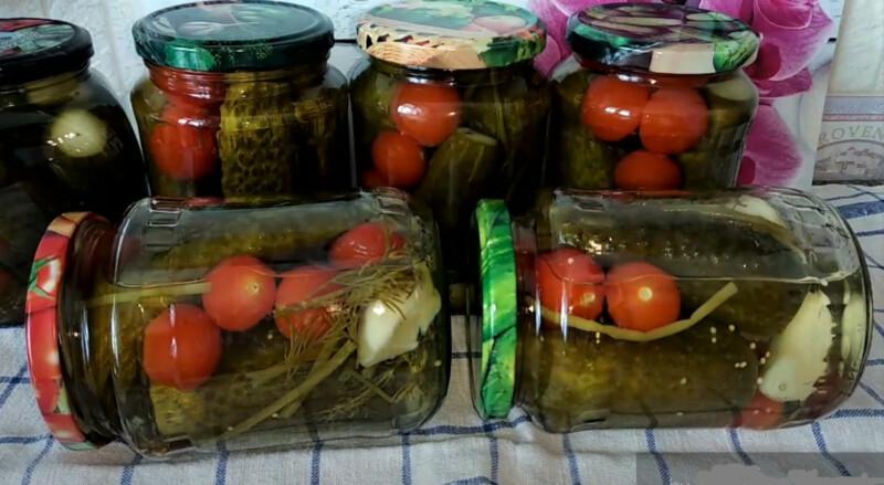 огурцы с помидорами в банке