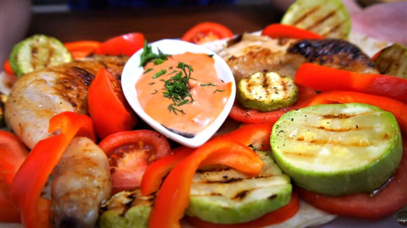 Блюдо - обжаренные курица и кабачки с овощами