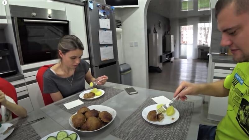 семья ест котлеты из индейки