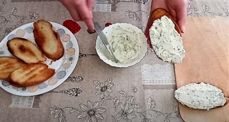 творожный сыр на хлебе