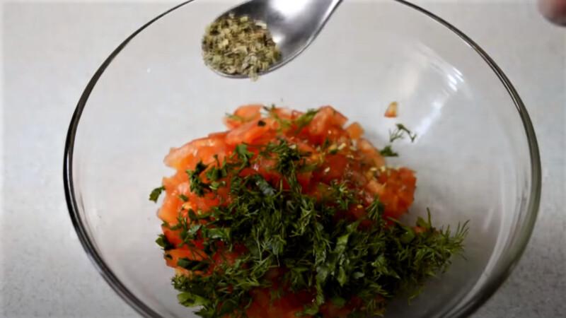 кусочки томатов с зеленью